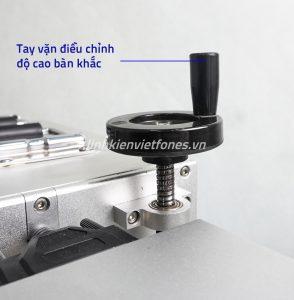 Tay vặn điều chỉnh độ cao bàn khắc của máy laser